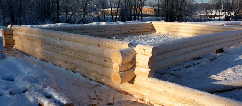 Строительство первого окладного венца из сруба